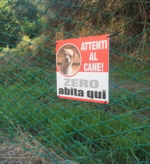 cartello attenti al cane realizzato in fasce bicolori, bianco e rosso